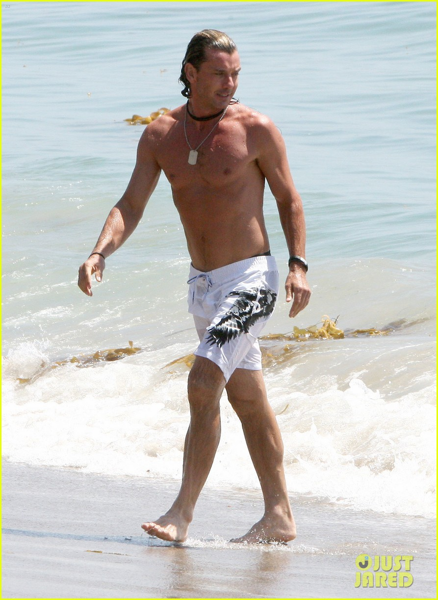 gavin rossdale displays washboard abs at the beach 01