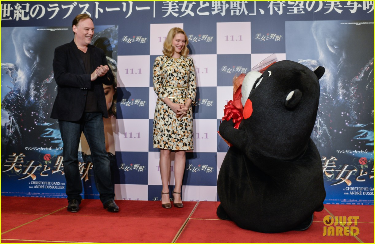 lea seydoux snuggles mascot kumamon at beauty and the beast 01