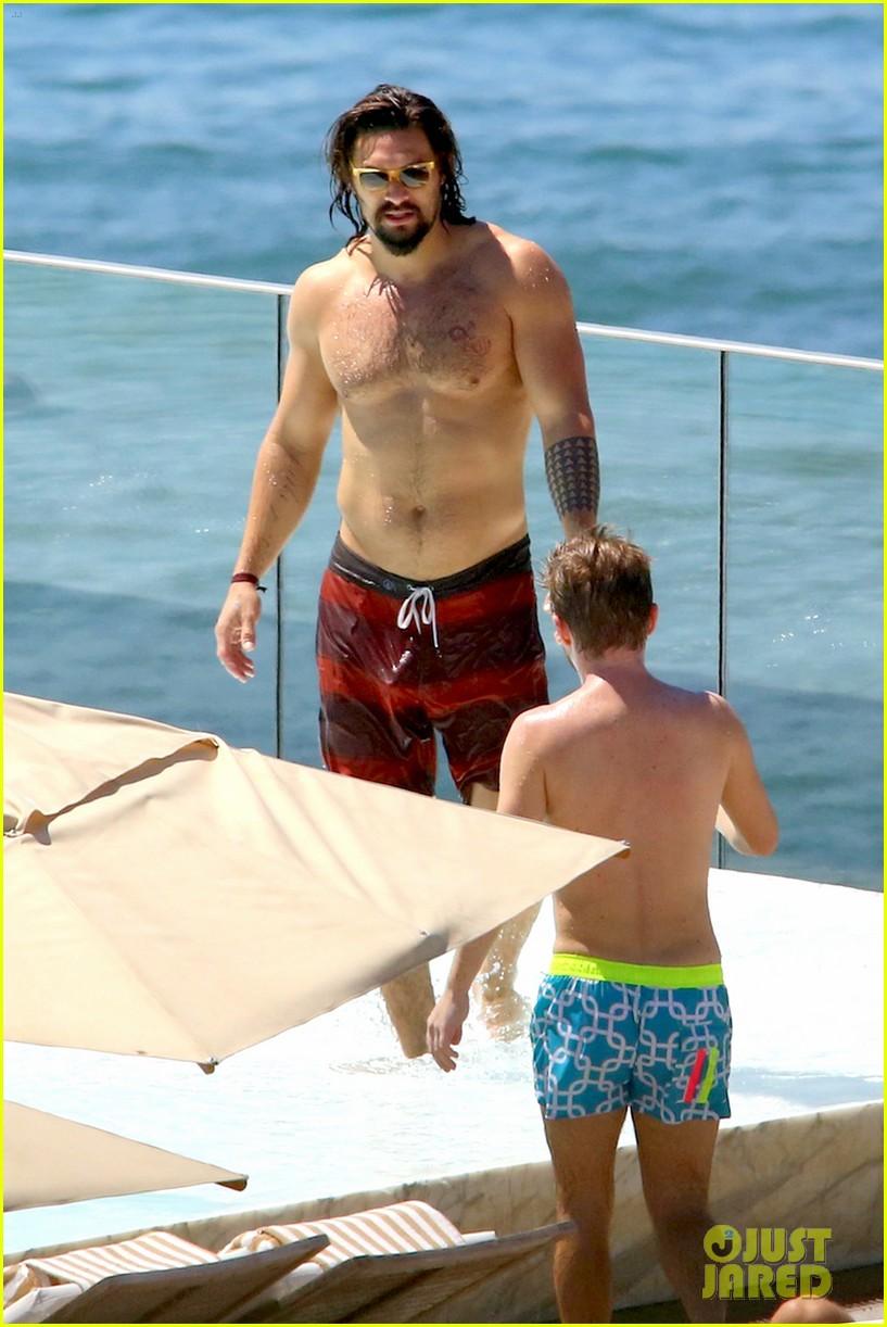 Game Of Thrones Jason Momoa Shows Off His Shirtless Aquaman Body