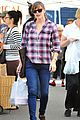 jennifer garner buys fruits veggies farmers market 01