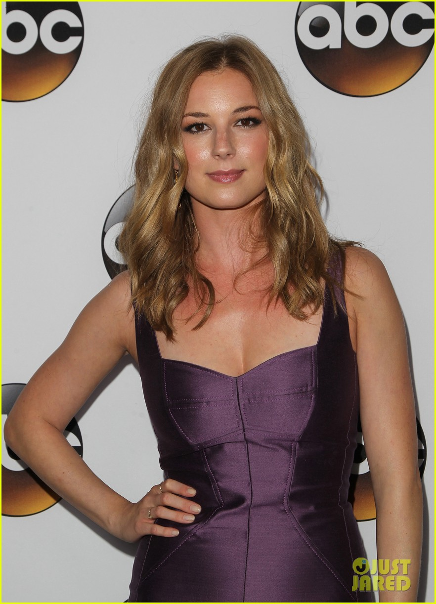 emily vancamp gets dolled up with revenge cast for tca