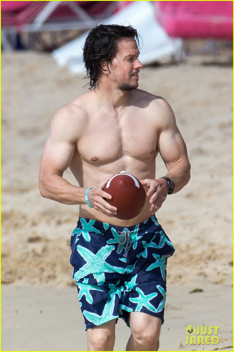 Celeb Photos: Mark Wahlberg serving muscles shirtless on
