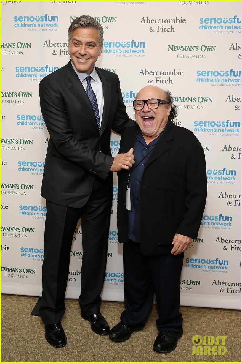 ¿Cuánto mide Danny Devito? - Real height George-clooney-towers-over-danny-devito-05
