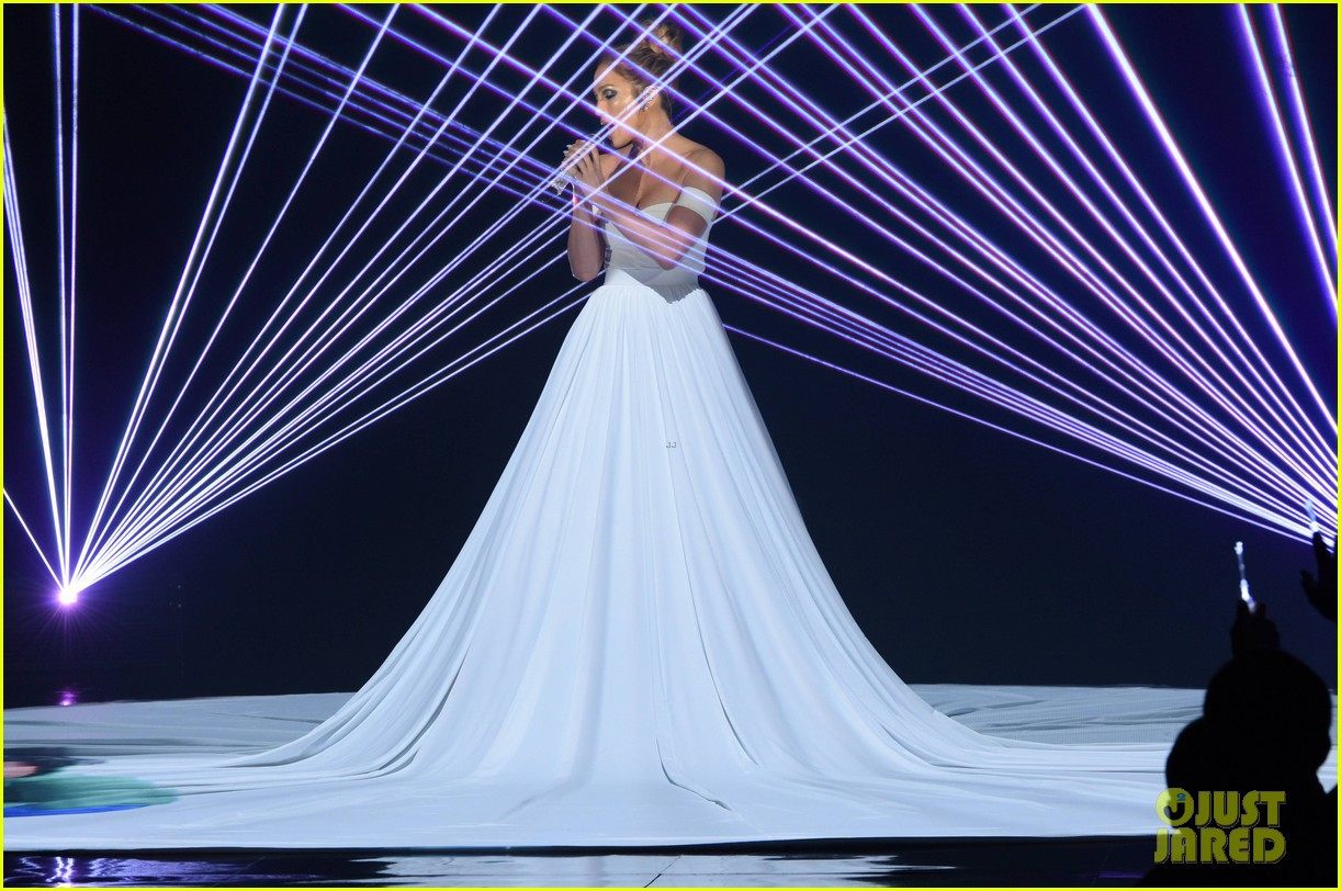 Jennifer Lopez Dons Biggest Princess Dress Ever During 'Feel the Light' Performance on 'American Idol' - Watch Now!: Photo 3330161 | American Idol, Jennifer ...