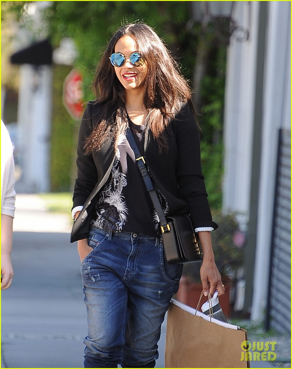 zoe saldana gives well wishes to harrison ford with a 39 star wars 39 reference photo 3320367 zoe. Black Bedroom Furniture Sets. Home Design Ideas