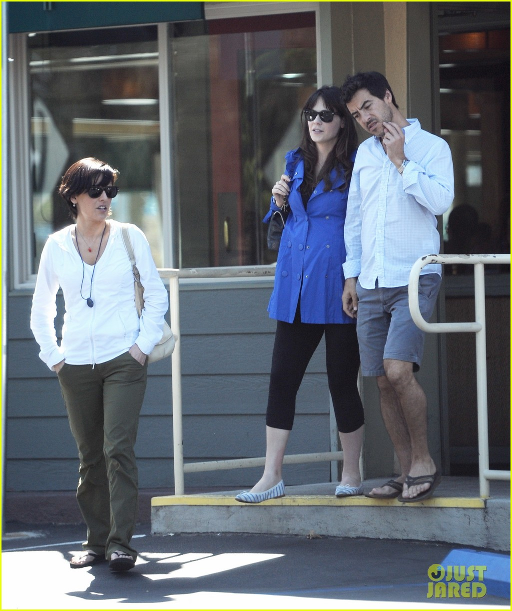 Full Sized Photo of pregnant zooey deschanel grabs lunch ...