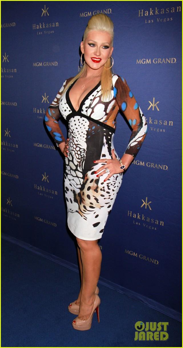 Christina anoche en Hakkasan Nightclub en las Vegas Christina-aguilera-busts-out-of-her-dress-at-hakkasan-celebration-03