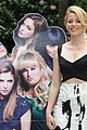 elizabeth banks hubby max handelman begin pitch perfect 2 press 04