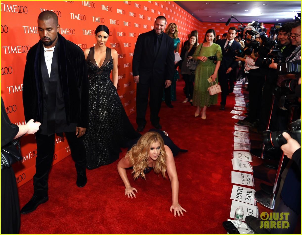 kim kardashian kanye west get pranked by amy schumer on red carpet 013352752