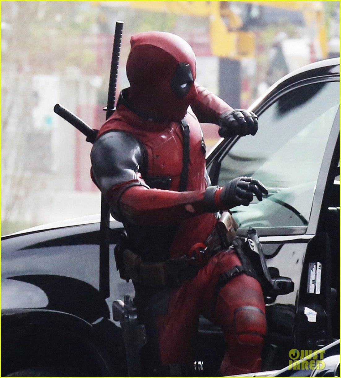 http://cdn04.cdn.justjared.com/wp-content/uploads/2015/04/reynolds-set/ryan-reynolds-films-some-deadpool-scenes-08.jpg