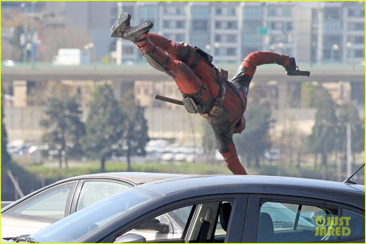 http://cdn04.cdn.justjared.com/wp-content/uploads/2015/04/ryan-ded/ryan-reynolds-pictured-unmasked-deadpool-costume-27.jpg