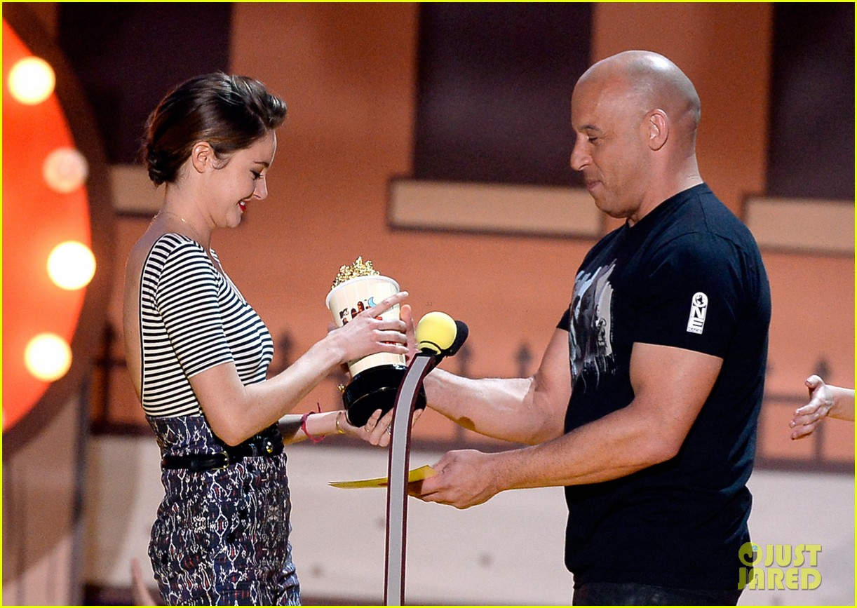 http://cdn04.cdn.justjared.com/wp-content/uploads/2015/04/vin-mtv11/vin-diesel-sings-tribute-to-paul-walker-mtv-movie-awards-2015-05.jpg