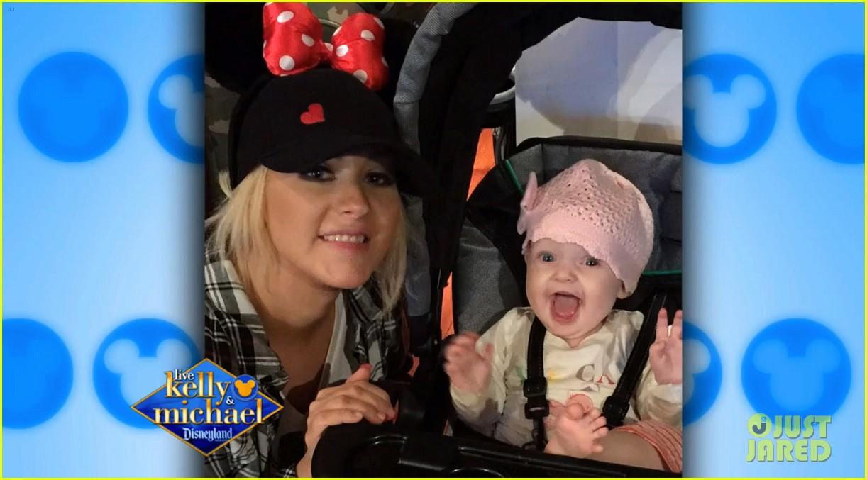 Christina en tv show kelly and Michael (Disneyland) + entrevista y foto de Summer Christina-aguilera-shares-cutest-photos-of-summer-rain-at-disneyland-02