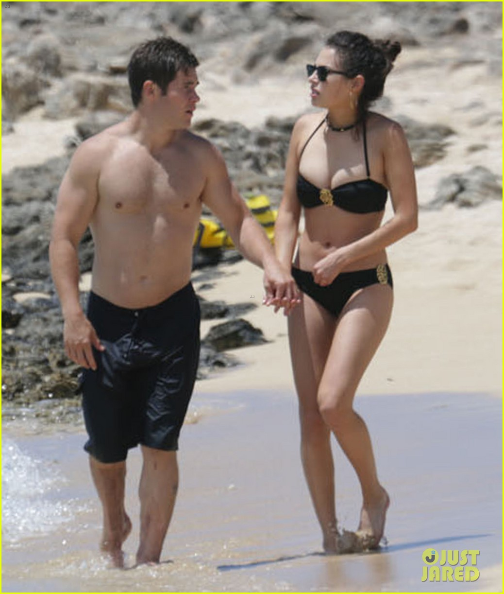 Pitch perfect s adam devine goes shirtless kisses girlfriend chloe