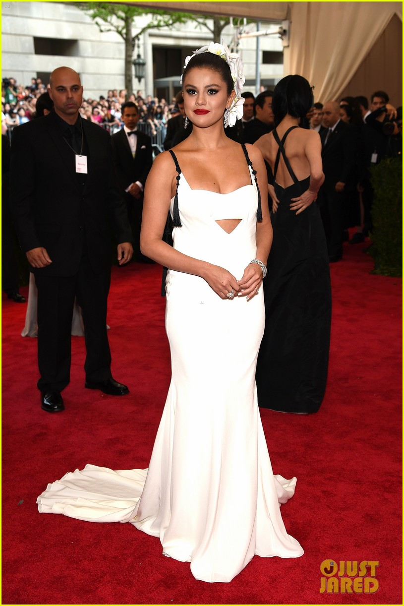 Selena White Twin Sleigh Bed Youth Bedroom Set: Selena Gomez Looks Stunning In White At Met Gala 2015