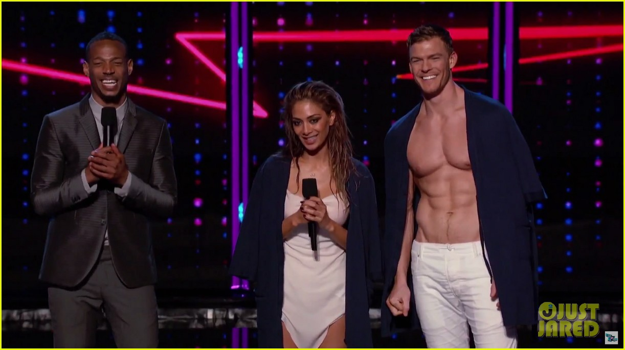alan ritchson goes shirtless for i can do that aerial dance 04