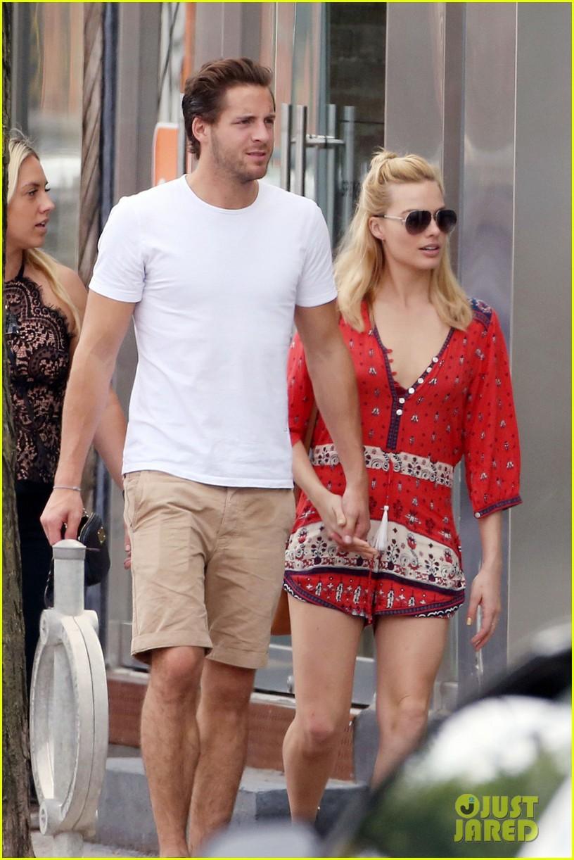 Margot robbie flaunts pda with boyfriend tom ackerley in toronto
