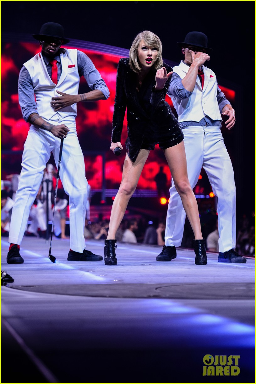 taylor swift performs in europe calvin harris watches her cats 01