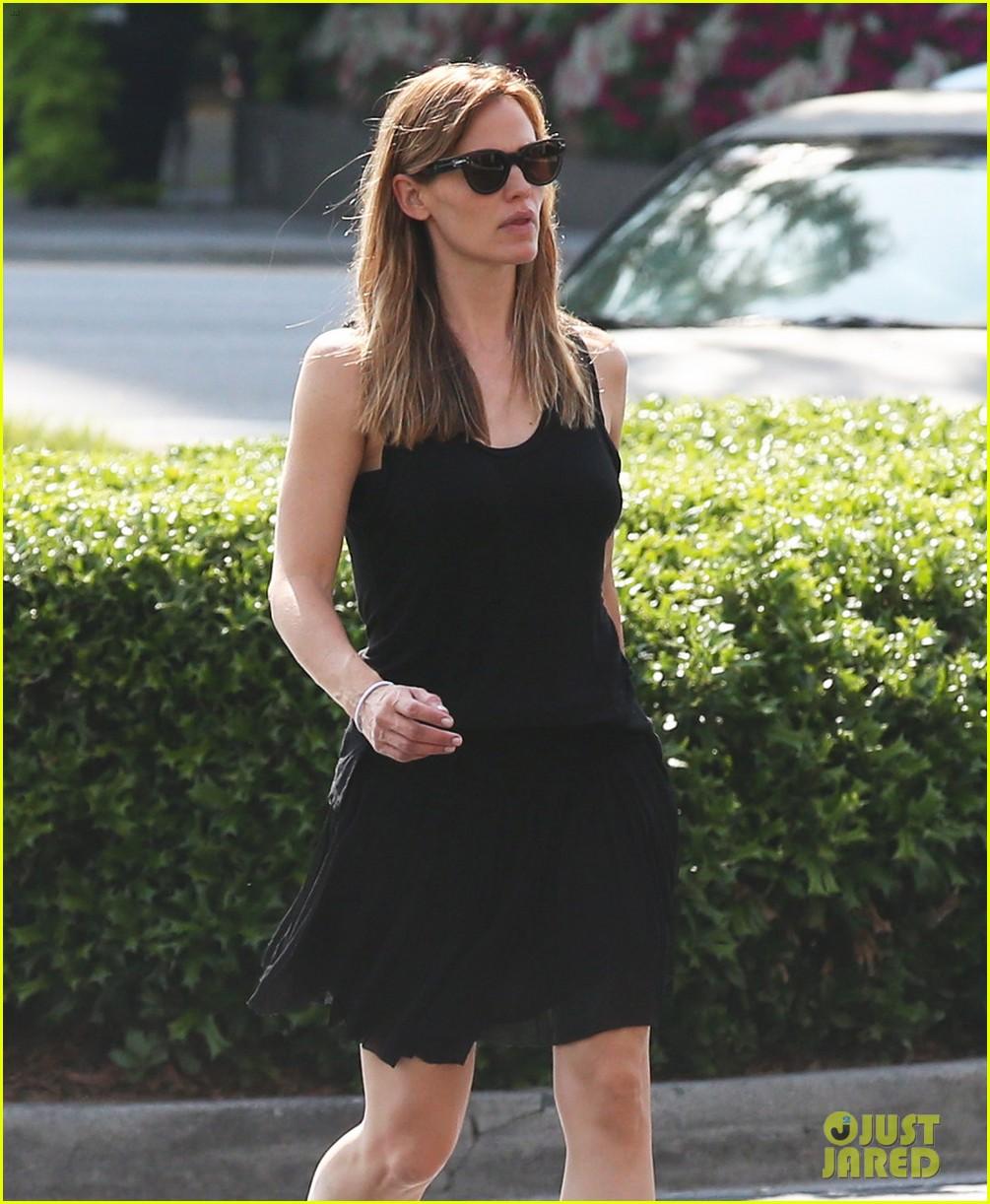 Jennifer Garner Wears Her Wedding Ring To Atlanta Party Store