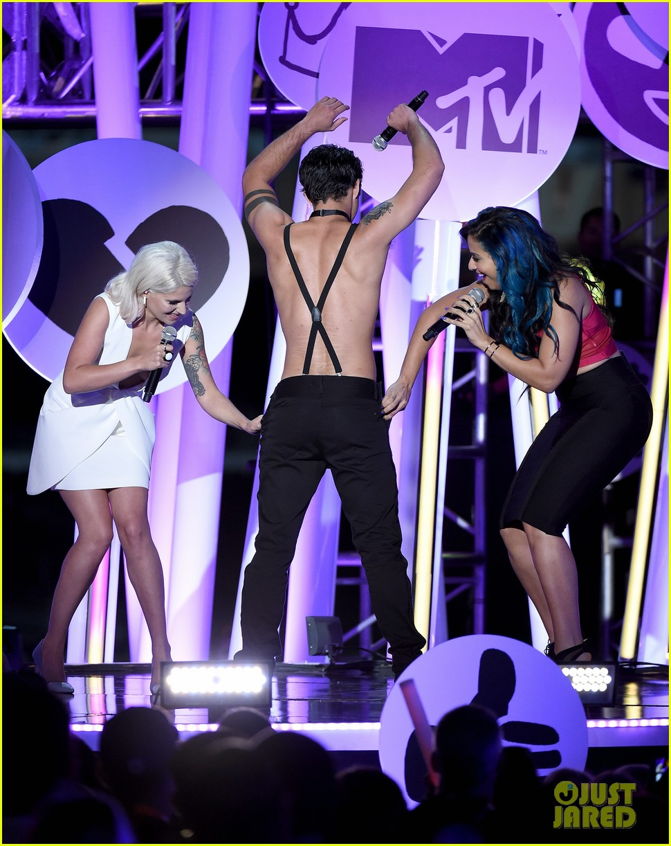 Teen Wolfs Tyler Posey Strips Down On Stage At Mtv Fandom Awards