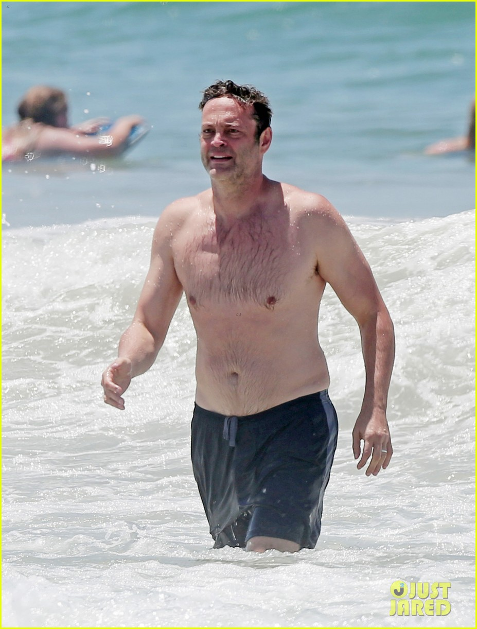 vince-vaughn-hits-the-beach-goes-shirtle