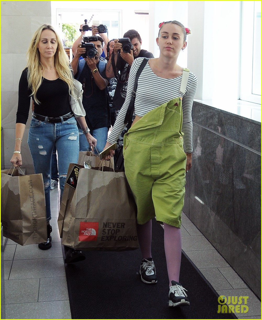 miley cyrus steps out amid dane cook rumors 033464391