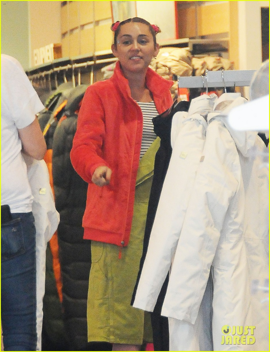 miley cyrus steps out amid dane cook rumors 043464392