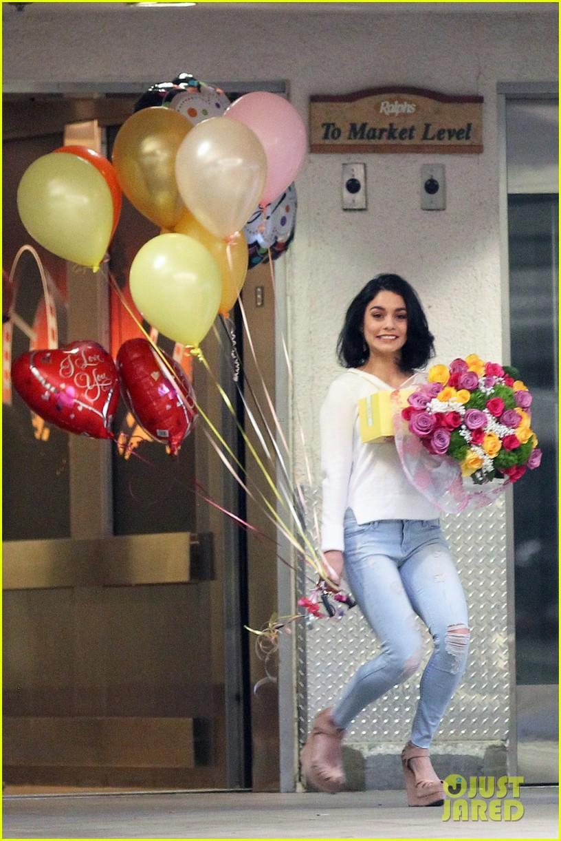 Vanessa Hudgens Sends Sweet Message To Mom Gina On Her Birthday Photo 3512195