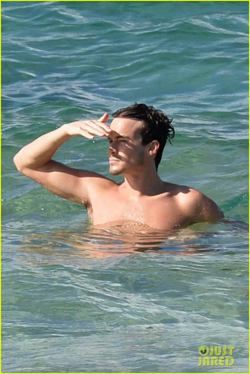 Pretty Little Liars Tyler Blackburn Goes For A Shirtless Swim Photo 3518720 Shirtless Tyler Blackburn Pictures Just Jared