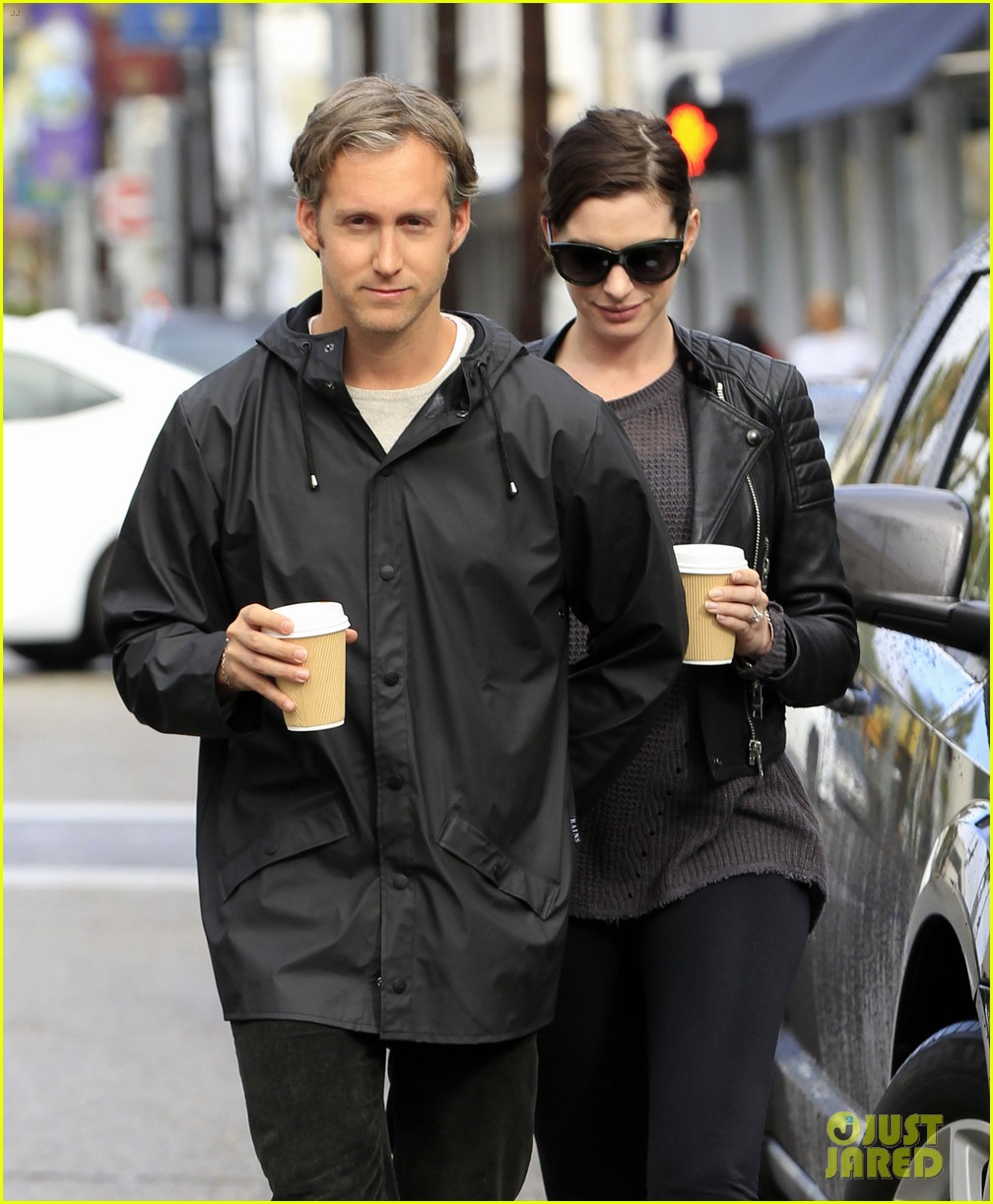 Anne Hathaway Takes Her Baby Bump For A Coffee Run!: Photo