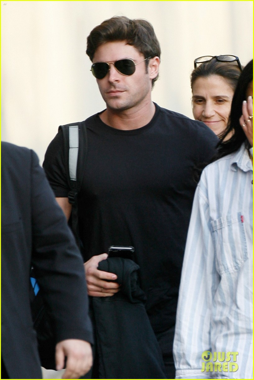 zac efron goes shirtless for jimmy kimmel live 083557501