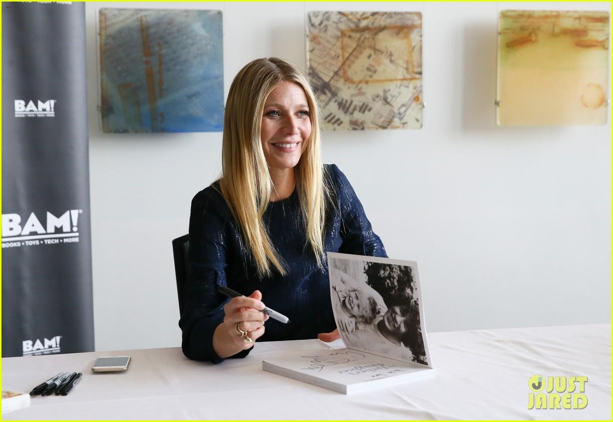 Gwyneth Paltrow Signs ... Gwyneth Paltrow Book