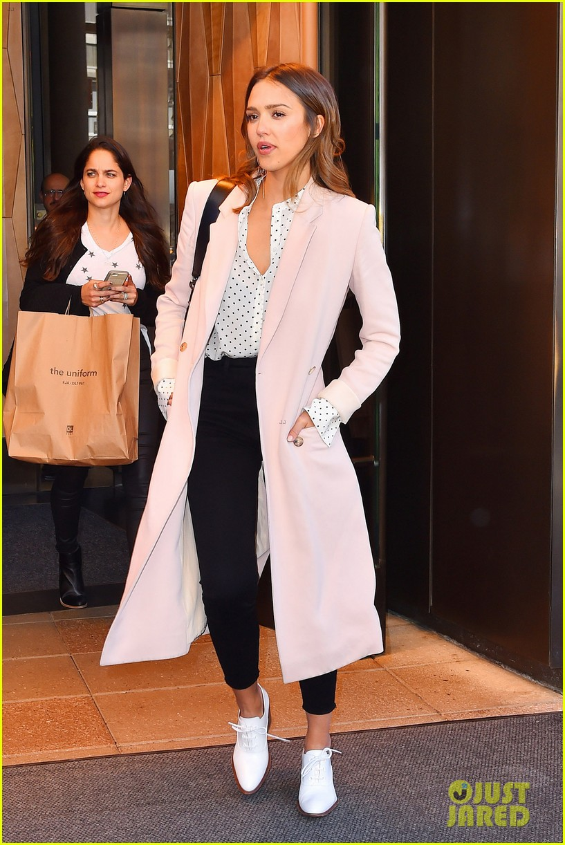 jessica alba gives sneak preview at her denim collection 013617736