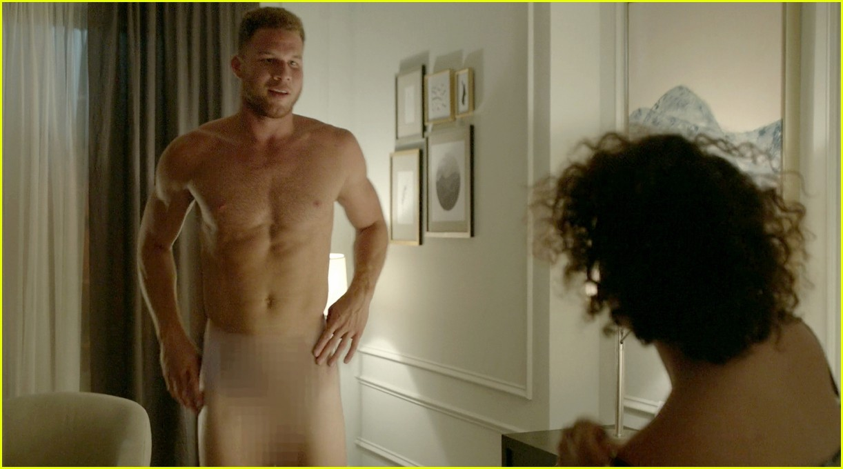blake griffin strips down completely on broad city 03