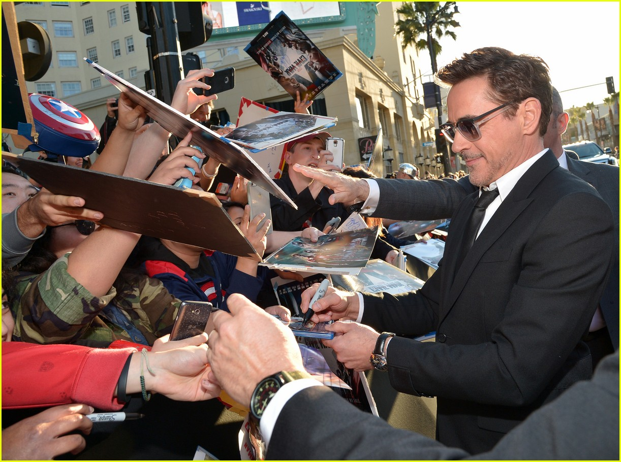 http://cdn04.cdn.justjared.com/wp-content/uploads/2016/04/downey-cappremiere/robert-downey-team-iron-cap-premiere-26.jpg