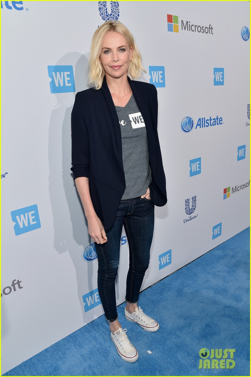 charlize theron zooey deschanel we day 013625143