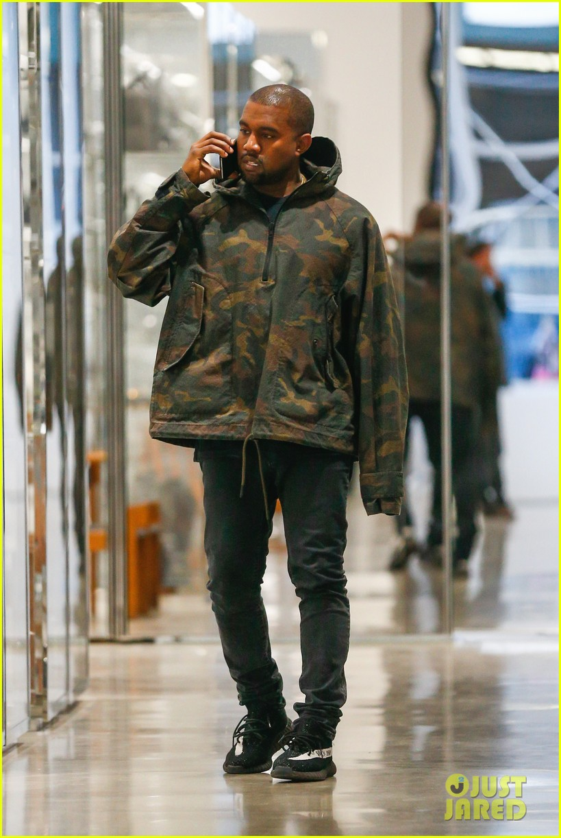kanye west arrives in nyc ahead met 07