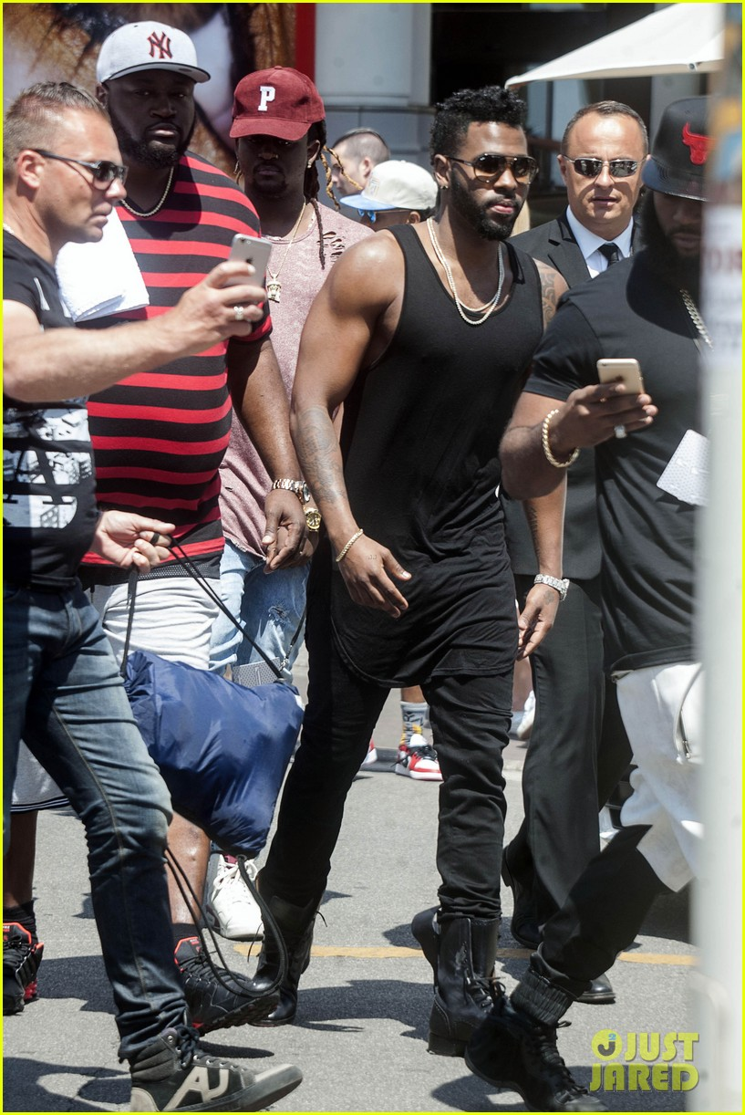Jason Derulo Bares His Huge Arm Muscles at Cannes: Photo