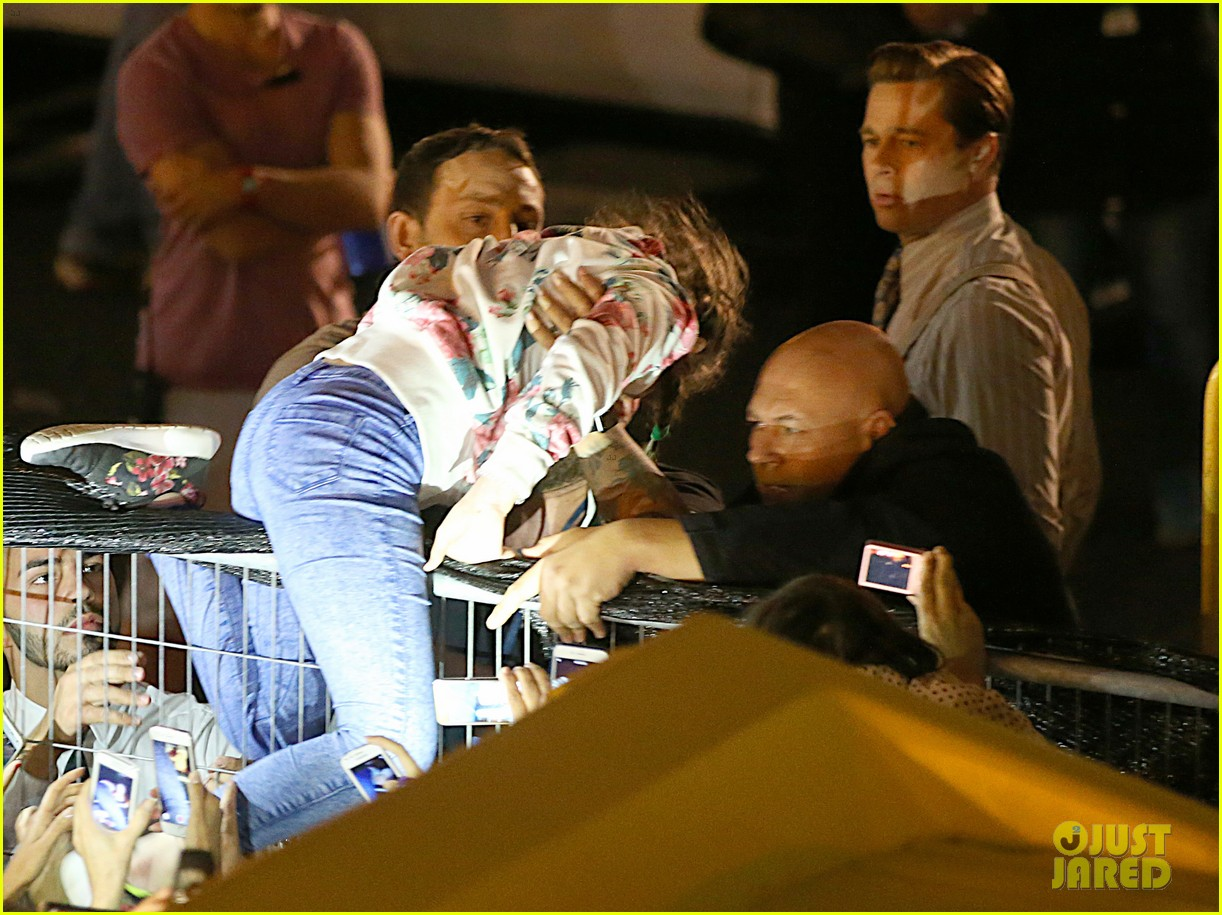 brad pitt saves little girl from being crushed by crowd 043663849