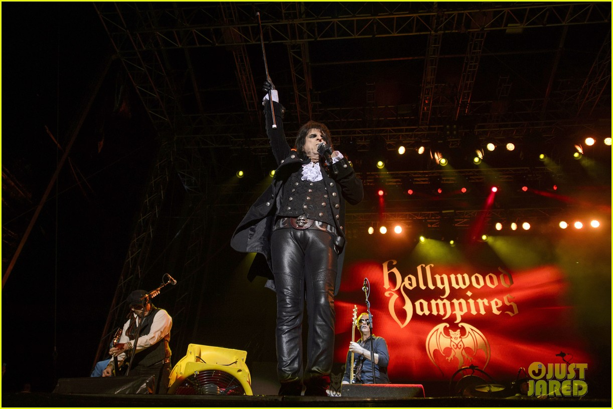 johnny depp performs with hollywood vampires 193675782