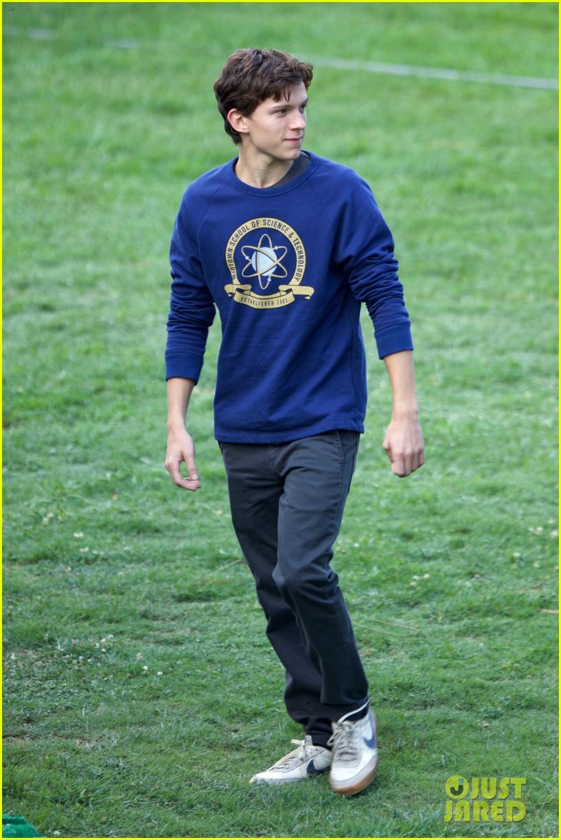 tom holland wears school sweatshirt on spider man homecoming set 15
