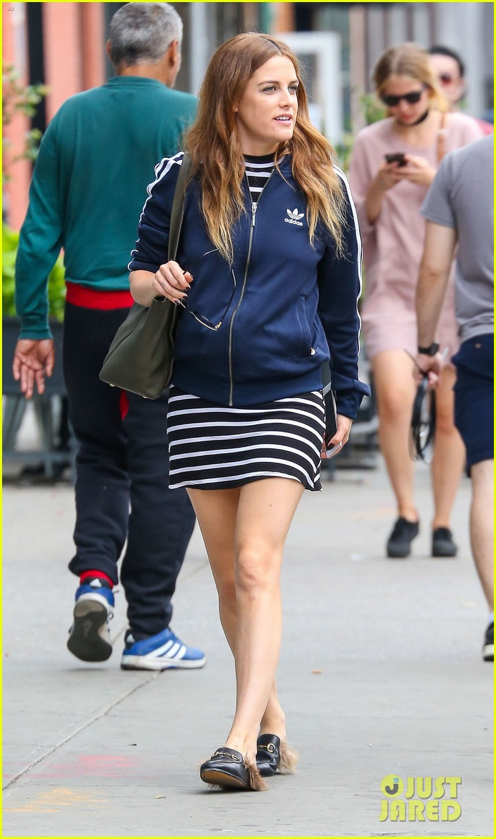 riley keough hubby ben smith petersen cuddle up in nyc 013691330
