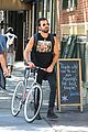 justin theroux steps out in a spring breakers movie t shirt 08