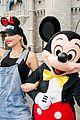 gwen stefani meets mickey mouse disney world 04