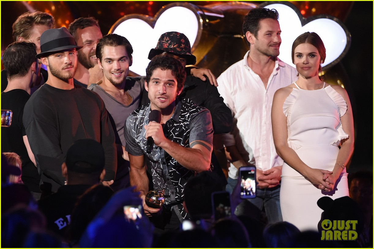 tyler posey be es superman on stage at mtv fandom awards 2016 photo