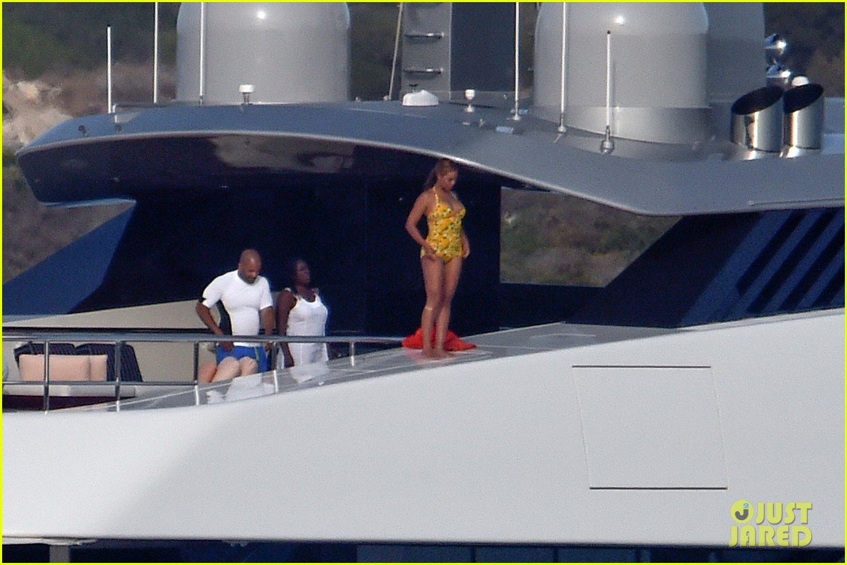 beyonce jumps off yacht italy 223736335