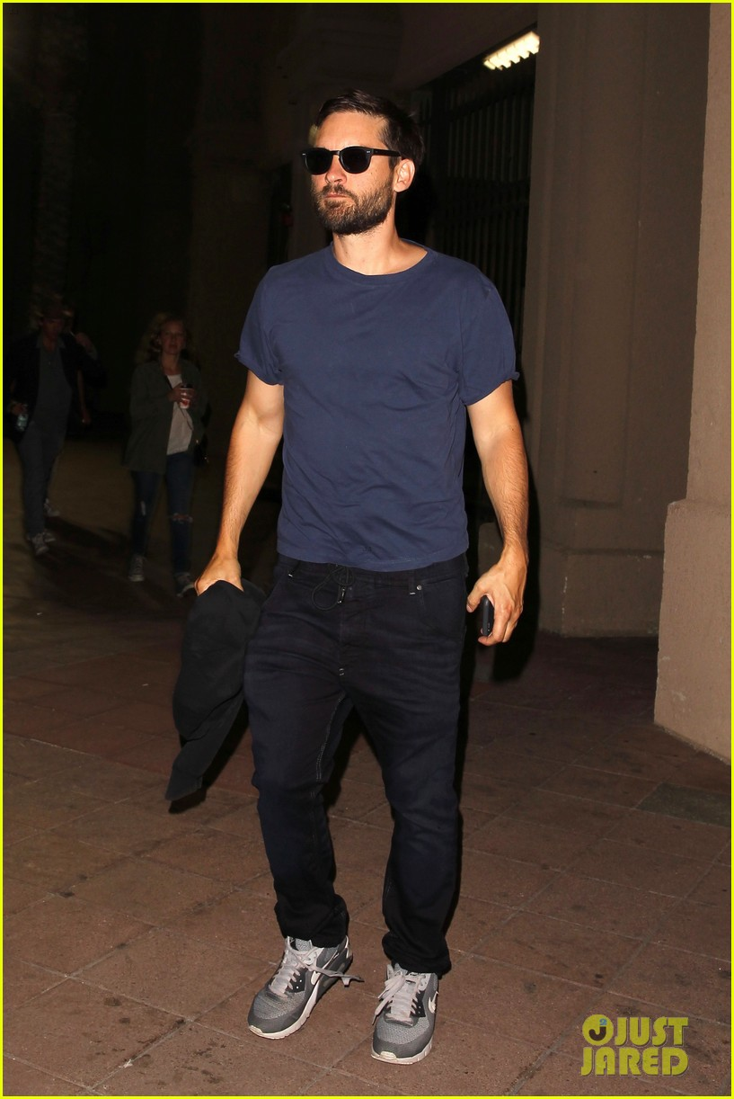tobey maguire checks out radiohead with his wife bff 053728278