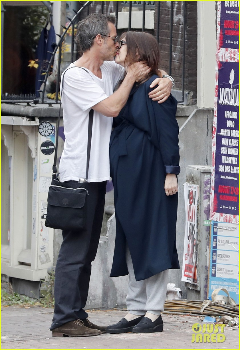 guy-pearce-shares-an-emotional-kiss-with-his-girlfriend-carice-van-houten-03.jpg