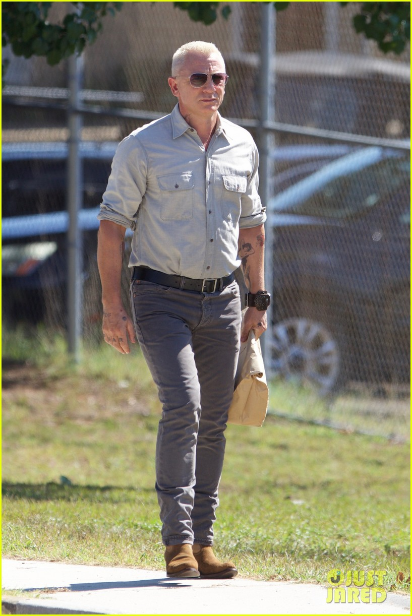 daniel craig sports tattoos on logan lucky movie set 08 Daniel Craig
