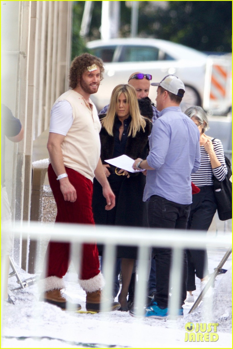 jennifer aniston films reshoots for office christmas party 033776610
